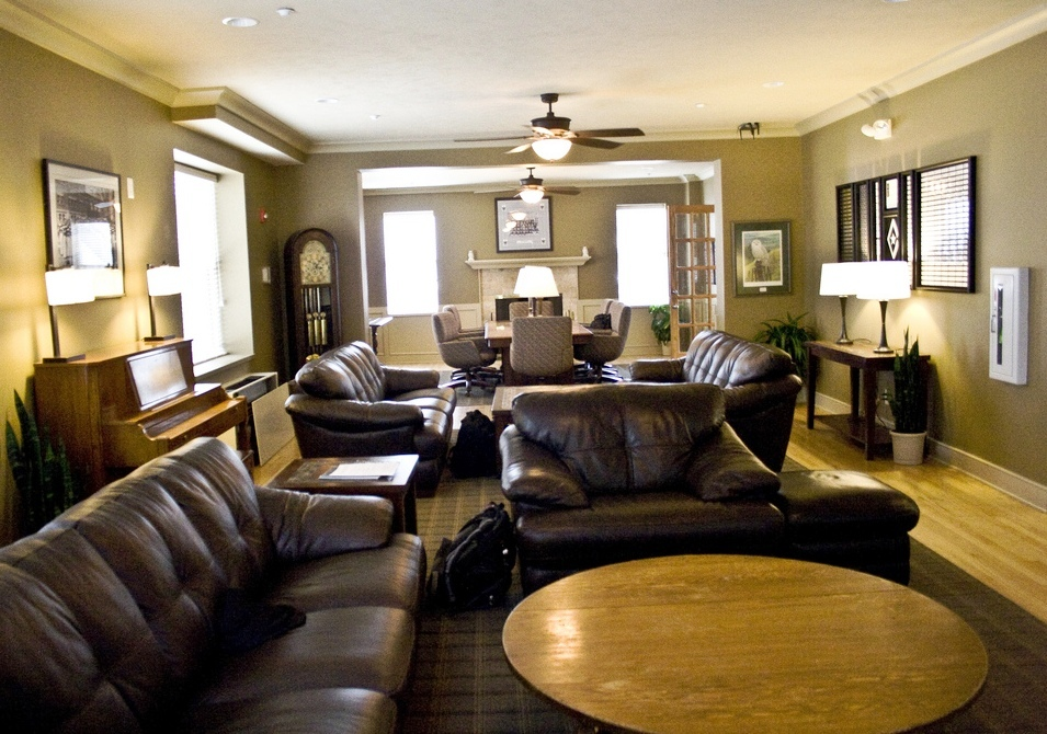 Chapter house phi gamma delta lambda nu for Living room 4 pics 1 word